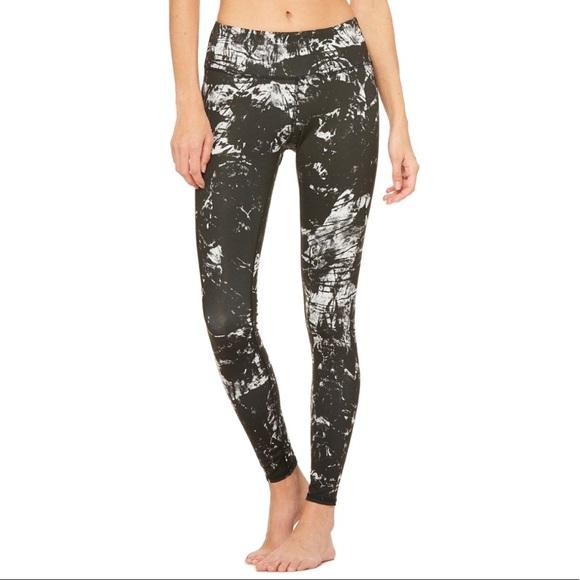 6916c8485e ALO Yoga Pants - Alo Yoga Airbrush Legging - Black Magma - Medium